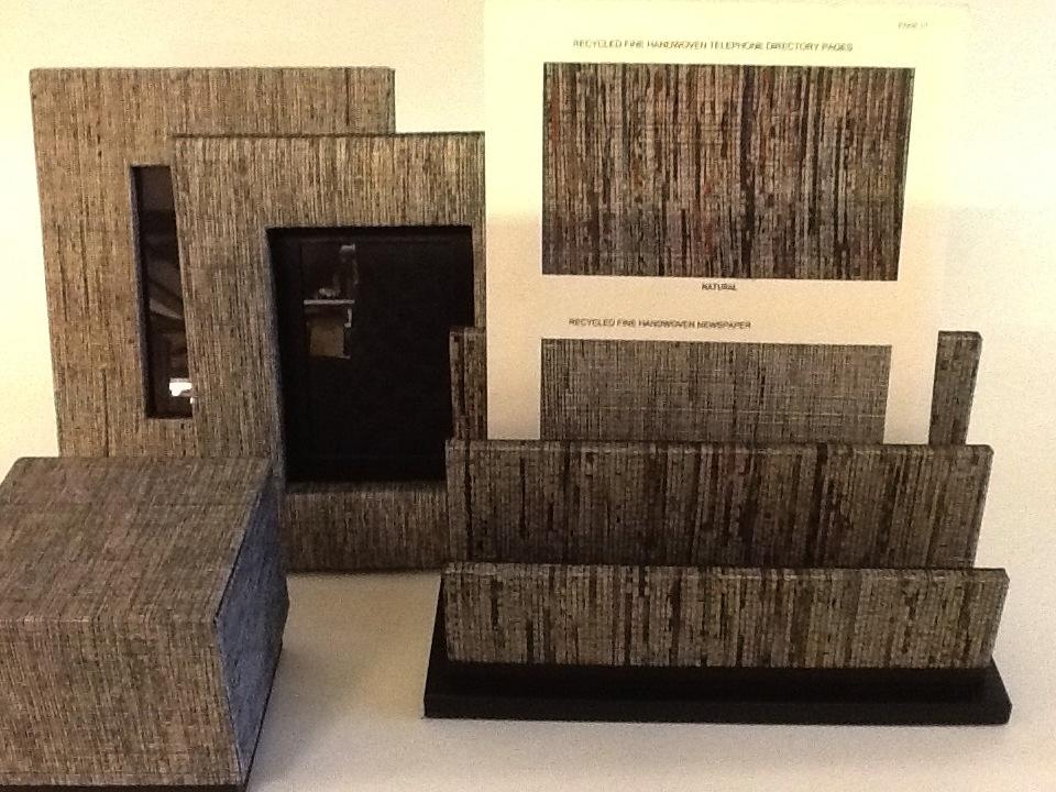 Papel de jornal e de lista telefonica são reciclados em tecido, que cobre os porta-retratos.