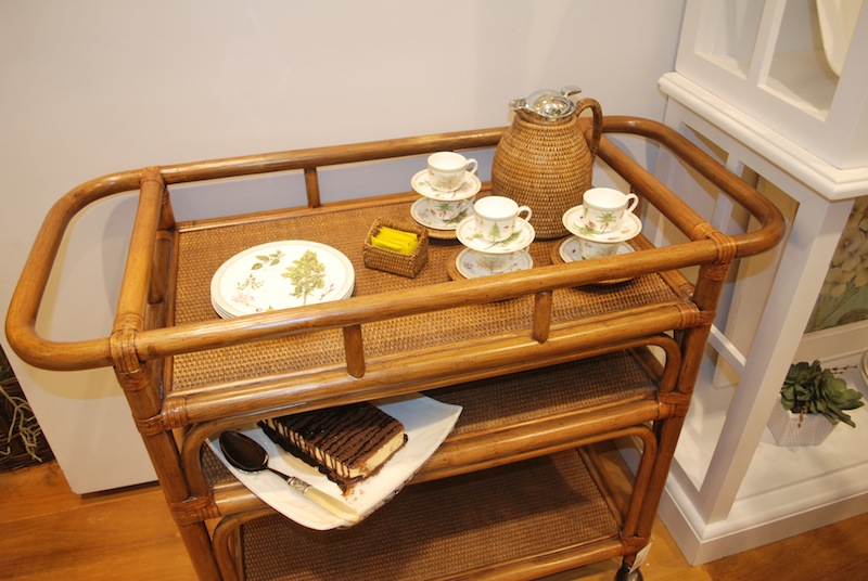 Carrinho de chá com café e sobremesa