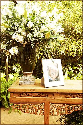 Em um dos cantos do balcão rustico que fez as vezes de altar, um porta retrato com uma foto do pai da noiva, que não está mais entre nós, era uma testemunha muito especial do evento.