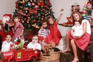 A turma de netos ajudado a decorar a árvore, em foto para a Pais e Filhos, de alguns anos atrás.