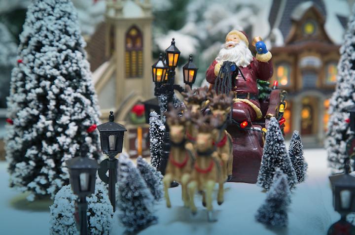Papai Noel com seu trenó, em que as renas se mexem.