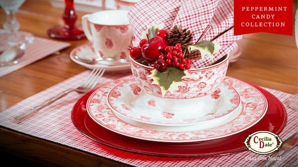 O xadrez vermelho, usado com sousplat, faz uma mesa alegre para combinar com a coleção Peppermint Candy de enfeites de Natal