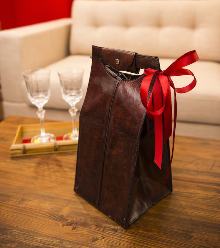 Para transportar seus vinhos com toda segurança - e muita elegância - para a degustação com os amigos, a sacola de couro comporta até quatro garrafas.