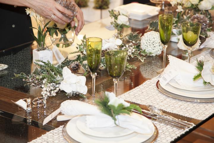 Depois passamos para a montagem da mesa com orquídeas brancas, que serve tanto para Natal como Reveillon.