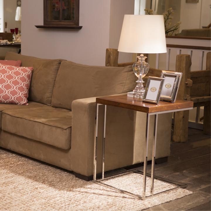 A mesa auxiliar dueto tem um formato que permite o uso ao lado do sofá...