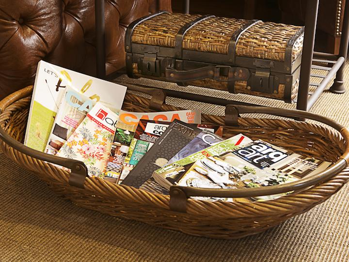 Quando não está participando de um piquenique ou colhendo flores do campo, essa cesta fica linda como revisteiro na sala.
