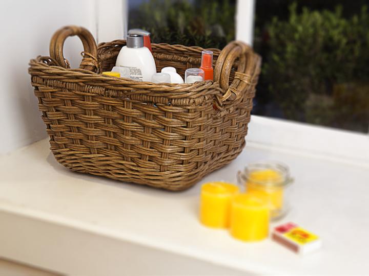 """Nesses tempos de dengue, é sempre bom ter um """"kit repelente"""" à disposição na varanda ou mesmo na sala. Uma cesta linda esconde com charme velas de citronela e outros produtos como sprays e cremes. (Também vale para protetor solar na beira da piscina)."""