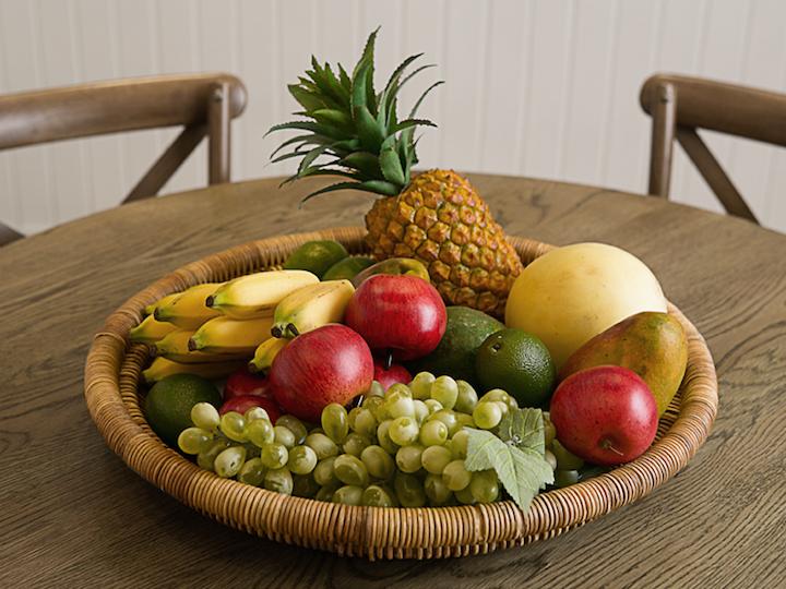 Frutas são decorativas e podem ser promovidas da cozinha para a sala de jantar, desde que arrumadas em uma cesta como esta.