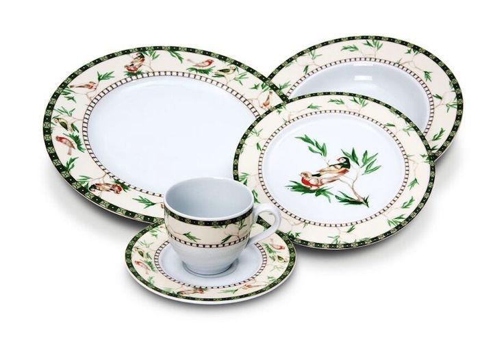 O desenho delicado da louça bird paradise traz o jardim para a mesa de jantar