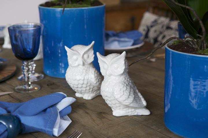 As corujas em porcelana alegram a mesa e dão um ar campestre.