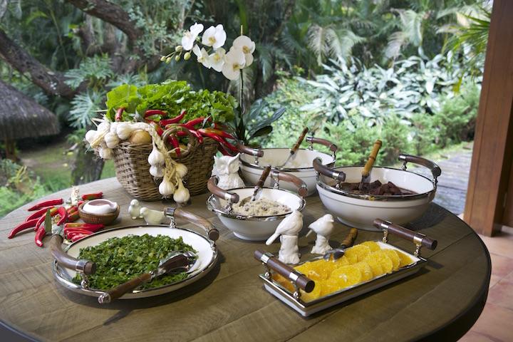 A feijoada é servida na mesa redonda com pés de ferro