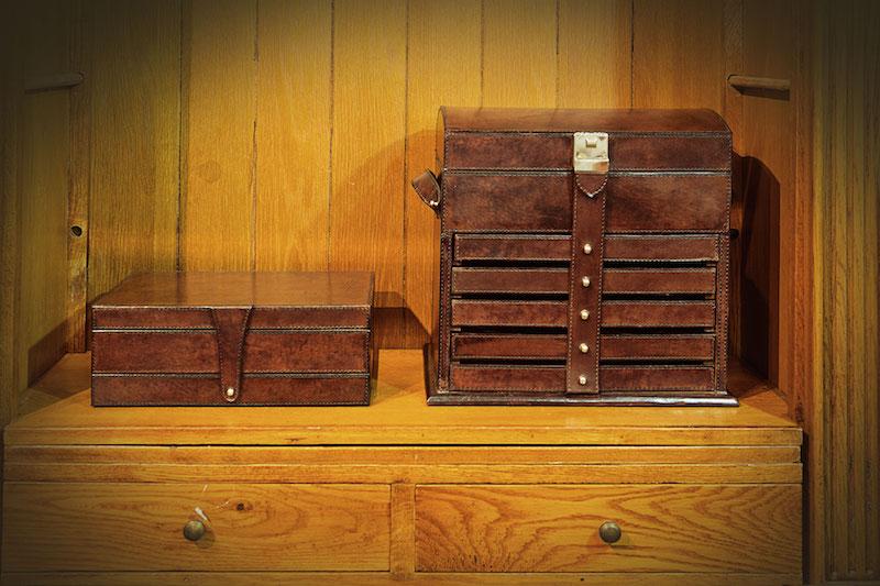 No closet das moças, as joias e bijoux ficam super bem arrumadas nessas caixa de couro.