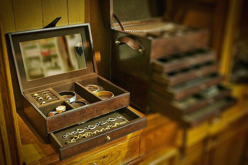 A caixa com espelho na tampa, tem porta anel, nichos para relógios e pulseiras e ainda uma gaveta para colares e peças maiores. O espelho na tampa é pratico.