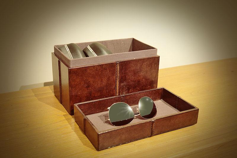 A coleção de óculos fica na caixa de couro pespontada.
