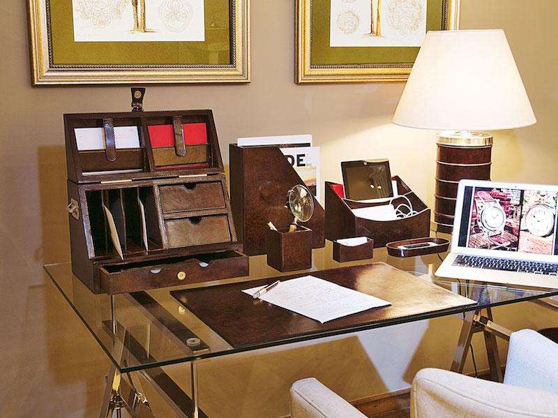 Na mesa do escritório, vários organizadores mantém cada coisa em seu lugar. O risque-rabisque protege a mesa de arranhões...