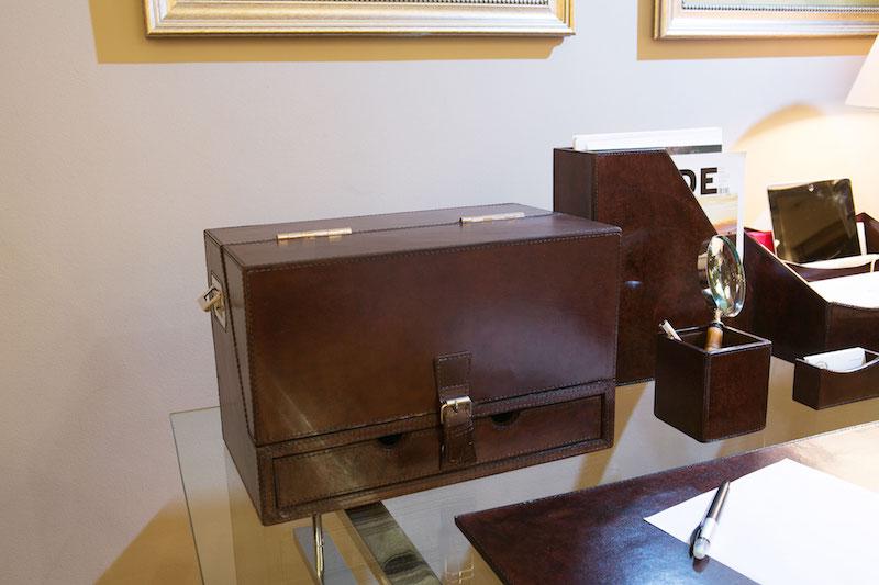Quando não está sendo usado, ele fica fechado, sem bagunça. E pode ser transportado facilmente, com as alças laterais.