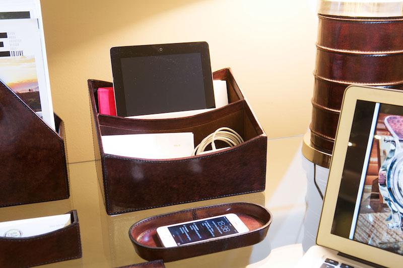 E uma caixa dupla, ideal para guardar o tablet e seus fios, ou envelopes e contas a pagar. Uma bandeja oval pequena serve de cama para o celular.