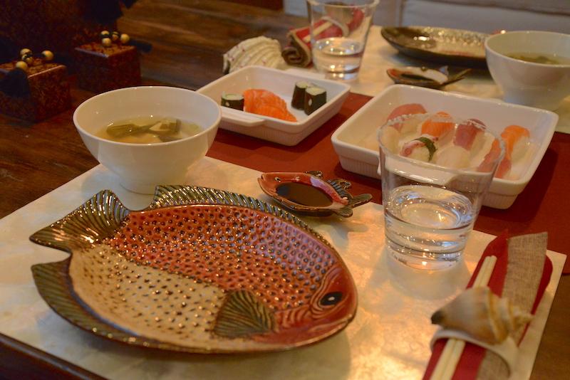 Detalhes trazem o tema marinho para a mesa: louça de peixes xxxx, peixinho pequeno XXX para o molho Shoyu.