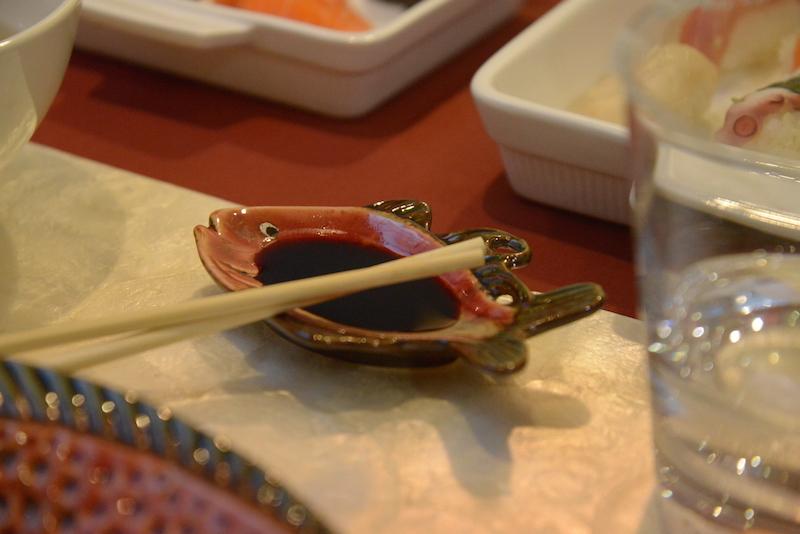 O peixinho de louça é perfeito para o molho shoyu.