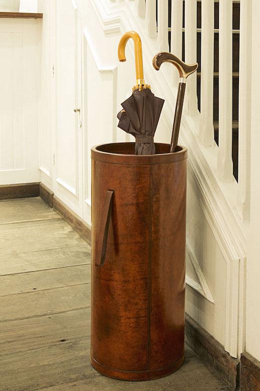 Por fim, até o hall de entrada merece ficar organizado, com o porta-guarda-chuva de couro. A bengala decorativa, com detalhe em osso, dEa o charme extra.