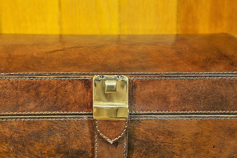 A caixa maior tem fecho com segredo, que prende todas as gavetas fechadas.