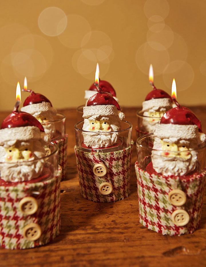 """Essas são as chamadas """"tea lights"""", bem pequenas, só com a cabeça do Papai Noel, que coloquei nesses copinhos vestidos de tecido da nossa coleção Natal Artesanal. Não ficoum um presente lindo?"""