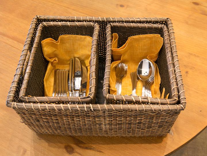 Talheres grandes ficam separados dos de sobremesa, cada um em uma cestinha, mas a duas ficam escondidas na maior.