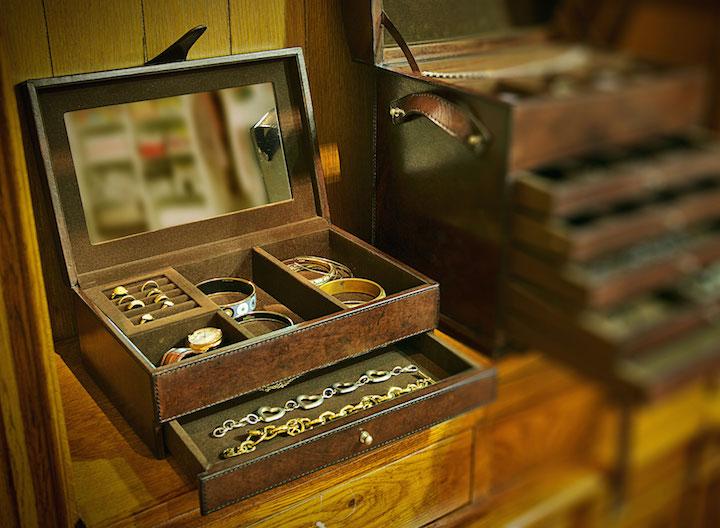 Para mães que tem tudo, essa caixa de joias em couro com gavetas e divisórias é...tudo!