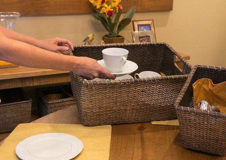 Na hora de por a mesa, basta pegar a cesta com os utensílios que você vai precisar e depois devolvê-la para o aparador. Isso evita aquelas indas e vindas para or armário de louça na cozinha (ou, pior, que você acabe comendo na cozinha mesmo, só da preguiça de transportar tudo para a mesa de jantar).