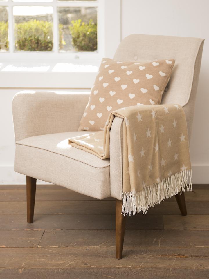 """O estilo """"garçon"""", com a manta dobrada no braço da cadeira, também fica organizado e bonito."""