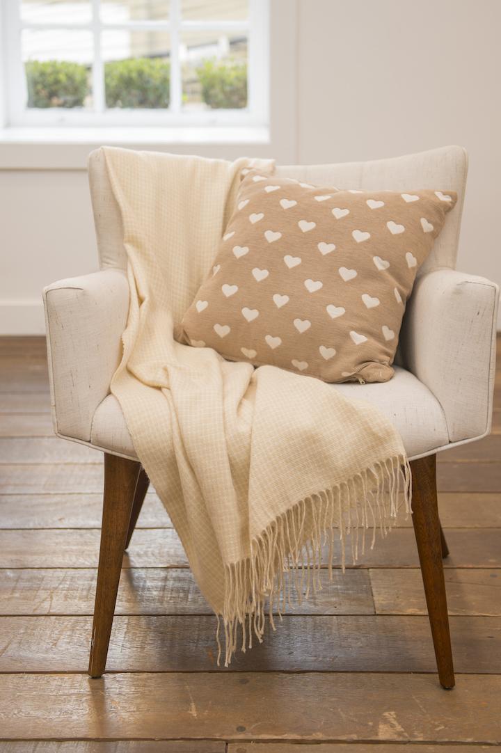 Para quem não tem mania de simetria como eu, o estilo despojado, com a manta jogada como um lenço sobre a cadeira (nesse caso a Botero Woody) também pode ser usado.