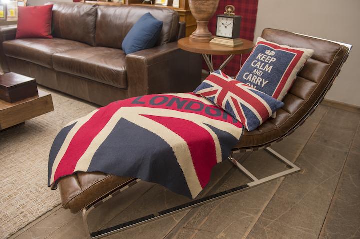 Na chaise de couro Vintage, a manta e as almofadas com tema londrino fizeram o ambiente muito mais convidativo para dar uma pausa na correria do dia a dia.