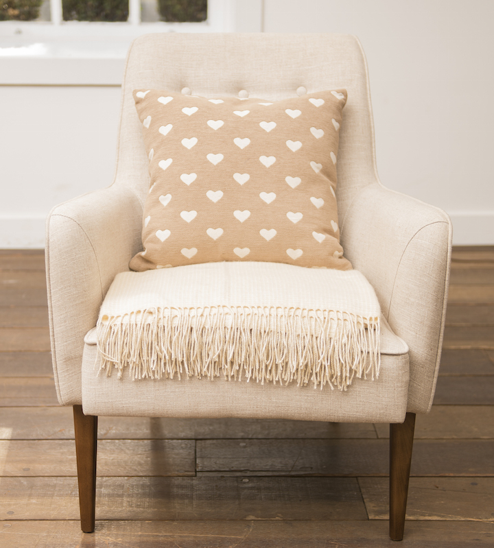O jeito clássico de arrumar: manta dobrada no assento e almofada no encosto, prontinhas para serem usadas.