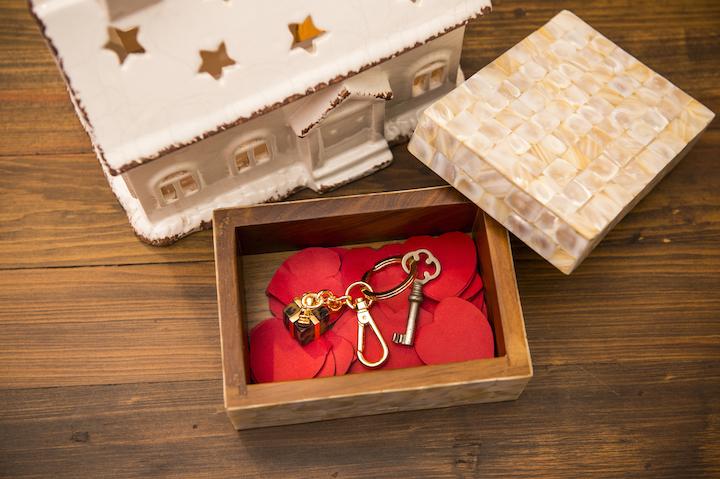 A caixa forrada de madrepérola e chaveiro Giftbox, em tartaruga sintética e metal niquelado - Cecilia Dale