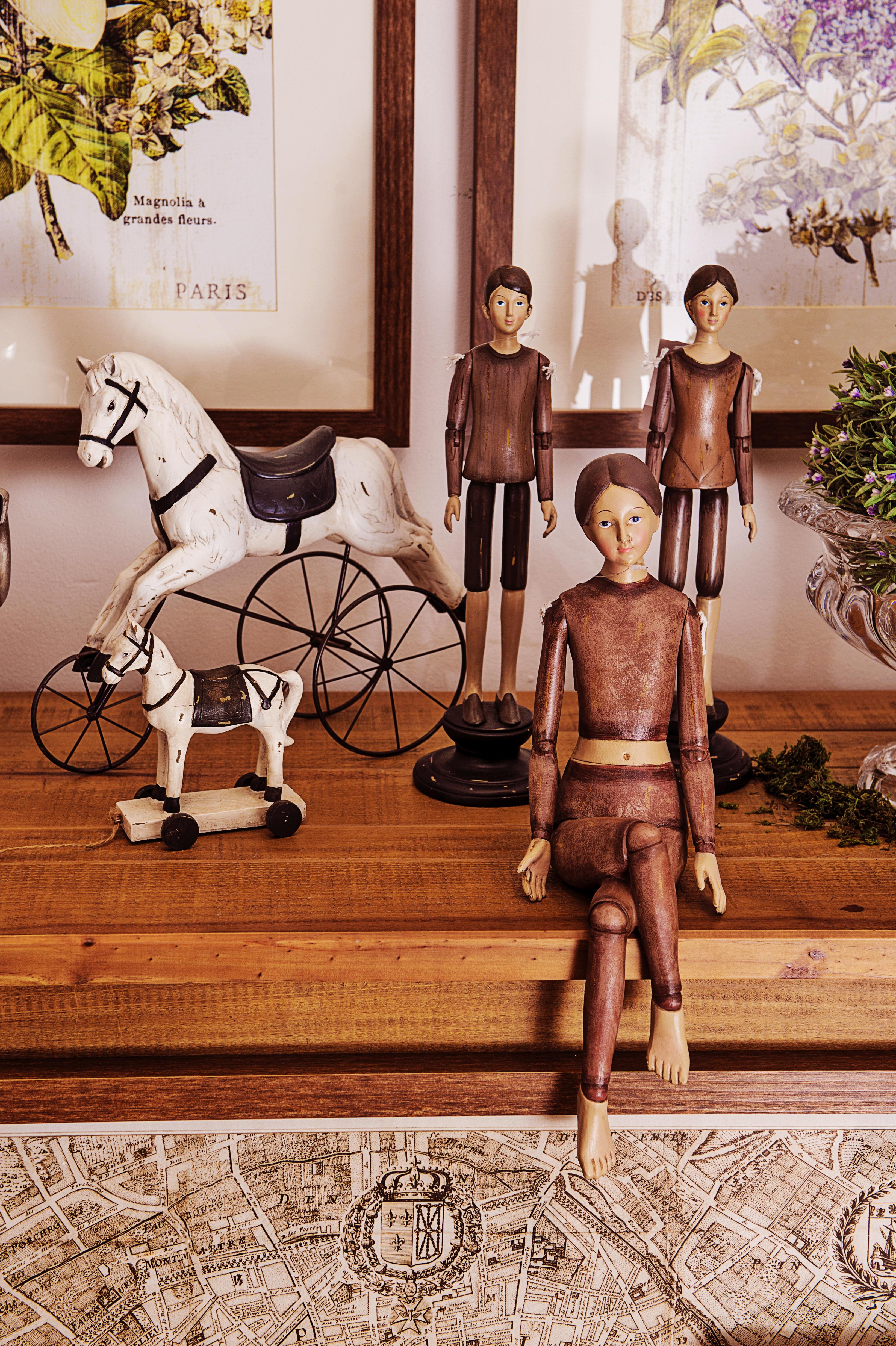 Antiques: cavalinhos de brinquedo e marionetes antigas lembram as lojinhas que de bric-a-brac que encontramos em quase todas as esquinas de Paris. Essas são de resina.