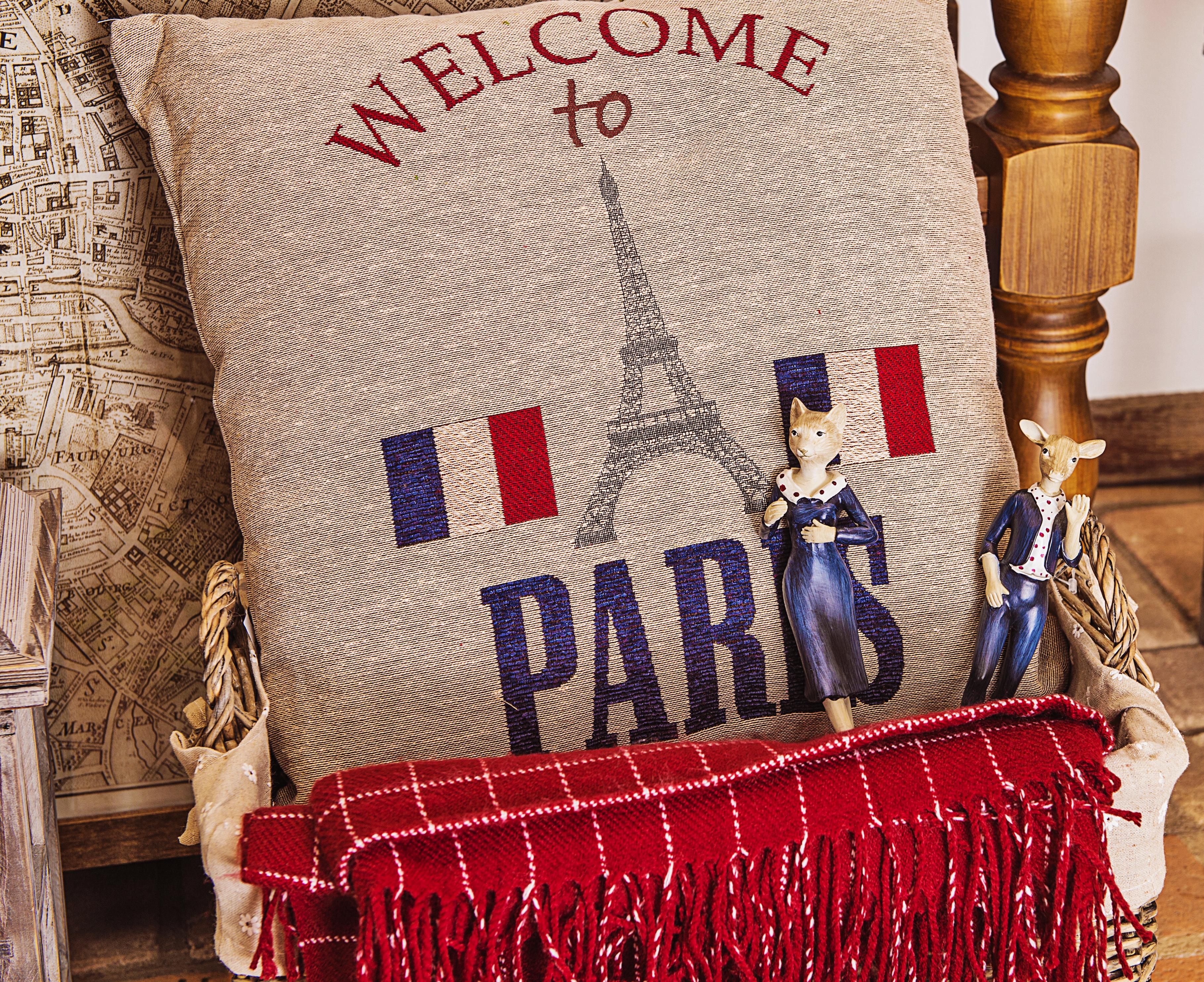 Quem resista a um souvenir? A palavra francesa para lembrança é quase sinônimo da nossa saudade. Almofada de xxxx e estatuetas de dançarinas com as cores da bandeira francesa.