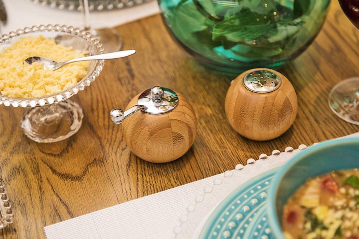 Os detalhes fazem toda a diferença. Sirva a sopa com queijo parmezão ralado em um recipiente charmoso, como o prato de pé de vidroo Dots. E deixe os temperos à disposição, com o saleiro e pimenteiro XXXX.