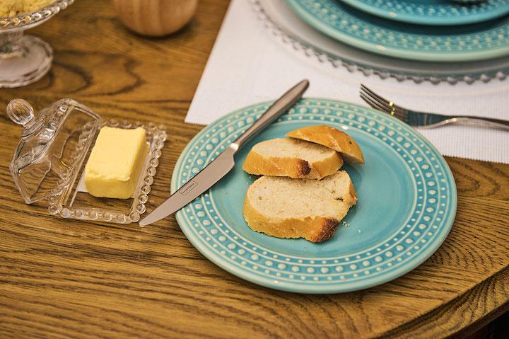 Detalhes dão a sensação de aconchego e fazem os convidados se sentirem especials, como a manteigueira individual Dots, que tem bolinhas que combina com as da louça!
