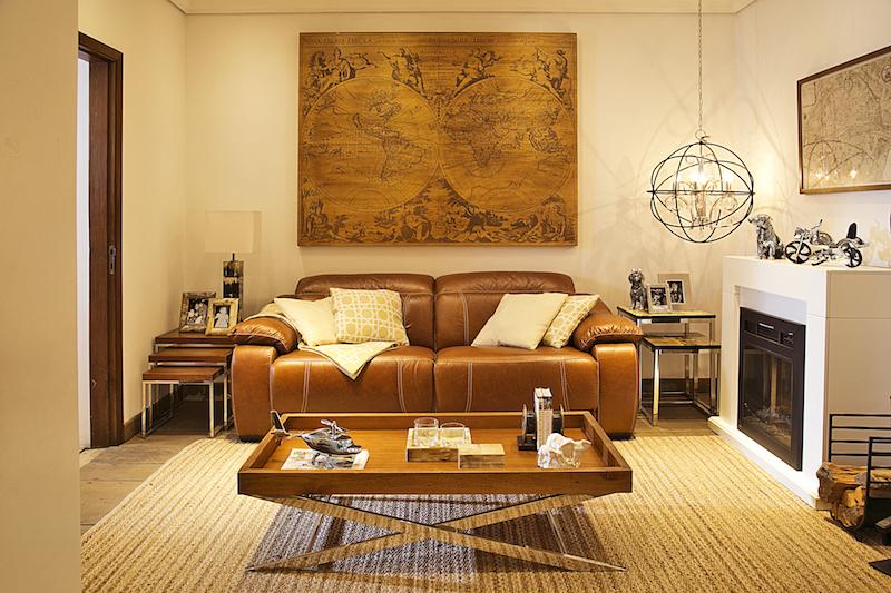 Sofá reclinável One Touch de dois lugares Cecillia Dale, em couro claro. Com acionamento elétrico.
