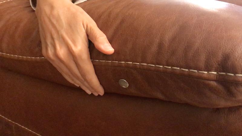 Tecnologia touch da poltona Cecilia Dale. Basta encostar em um dos botões para deitar, e no outro para sentar.