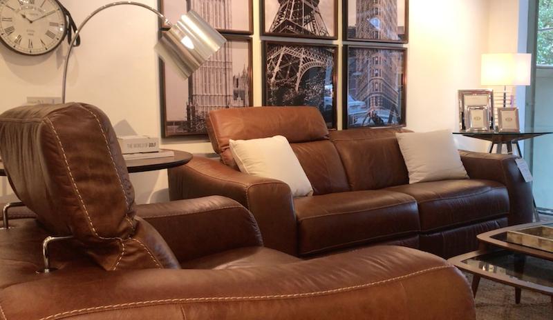 Sofá e Poltrona One Touch, reclináveis e com acionamento elétrico.