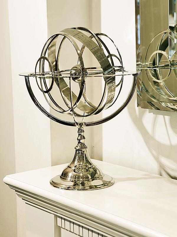Em metal niquelado, o astrolábio remete às grandes navegações.