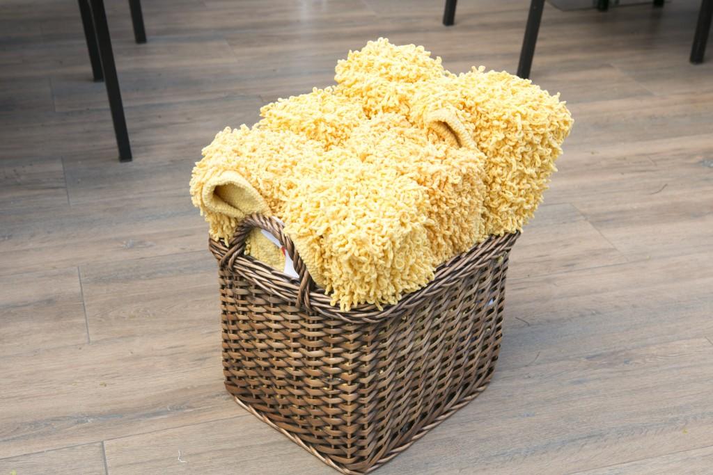 Para garantir o conforto de todos, trazemos para fora uma cesta com tapetinhos individuais, para quem quiser sentar no chão sem se suijar na grama ou na areia.