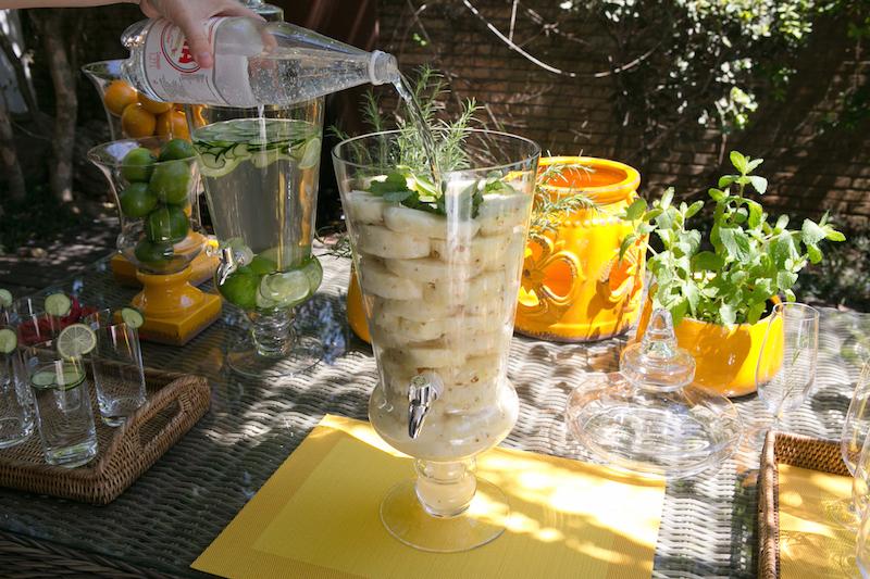 Adicione alguns ramos de hortelã, e preencha o resto com água com gás ou sem, conforme a preferência. (Alguns amigos preferem preencher com vodka, e tudo bem também!).