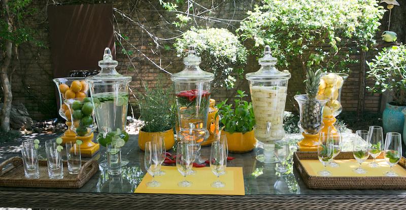 Arrumada no jardim ou na varanda, a mesa de águas aromatizadas é uma ótima maneria de receber a primavera.