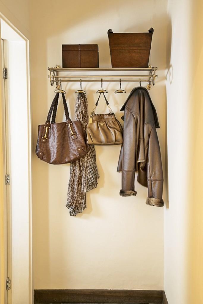 ...e organiza bolsas e casacos no closet.