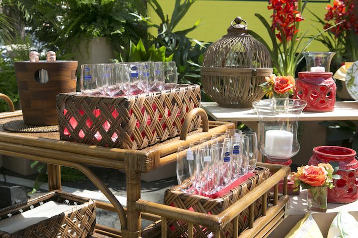As taças, de cristal Bohemia, reforçadas com titânio, são ideiais para um evento no jardim. E vem protegidas pelas cestas retangulares de rattan. O balde de gelo guarda a champanhe para o bride ao por do sol.