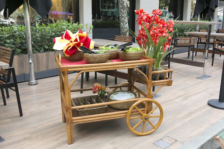 Toda vez que o evento é ao ar livre, nosso maior aliado é o carrinno de chá de rattan. Ele não só transporta todas as comidas e bebidas para o local da festa, como ainda serve de aparador.