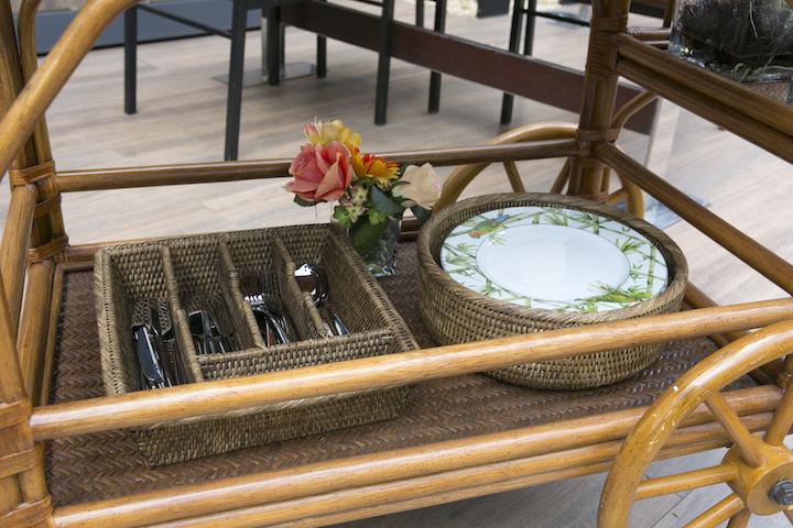 Pratos e talheres ficam mais seguros e fáceis de transportar nas cesta de rattan, e no porta talher como divisórias. E ficam lindos para os convidados se servirem a vontade.