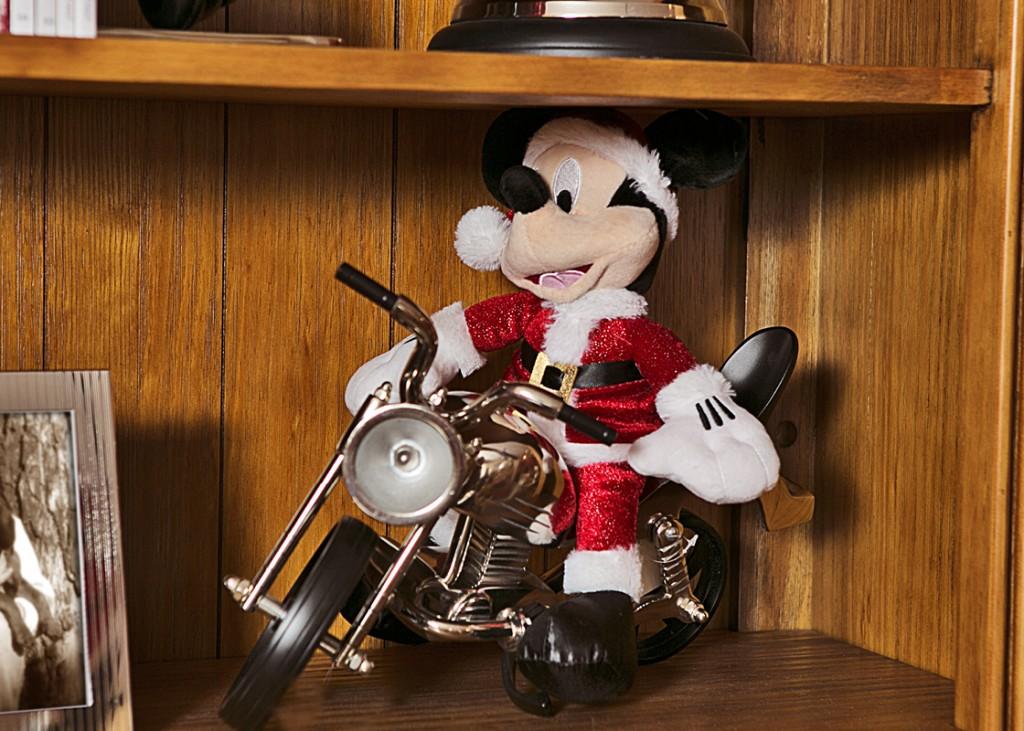 Depois correu para a estante e foi andar na moto Harley de metal niquelado.